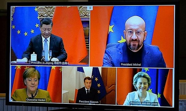 Chủ tịch Trung Quốc Tập Cận Bình (bên trái, góc trên) họp trực tuyến cùng các lãnh đạo EU ngày 30/12. Ảnh: Reuters.