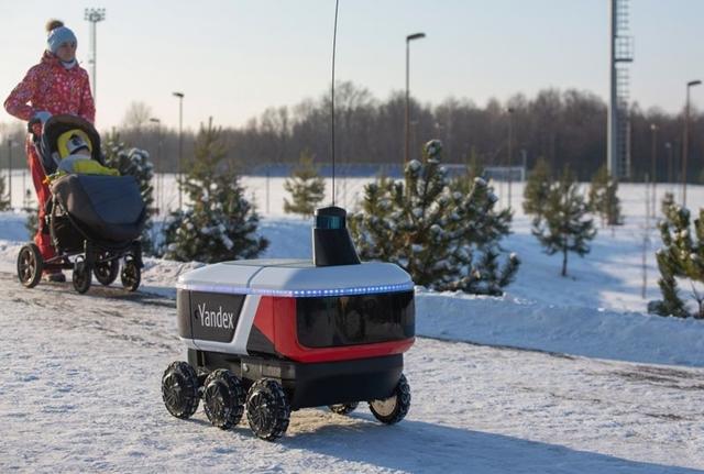 Yandex.Rover đang trên đường giao đồ ăn ở Innopollis, Nga. Ảnh: Bloomberg.