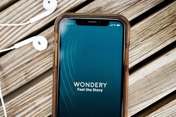 Amazon mua công ty khởi nghiệp sản xuất podcast Wondery