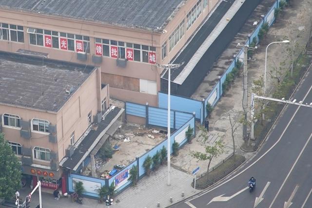 Chợ hải sản Hoa Nam ỏ Vũ Hán bị phong tỏa. Đây được cho là nguồn cơn gây khởi phát đại dịch Covid-19. Ảnh: Reuters.