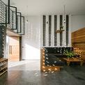 <p> Ngôi nhà một tầng trải dài theo kích thước chiều rộng 5 m và chiều sâu 23 m, trong đó rải rác khu vực giếng trời và cây cỏ.</p>