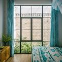 <p> Phòng ngủ có cửa sổ mở ra sân nhỏ có bồn cây, phòng vệ sinh cũng vậy.</p>