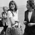 <p> Trên một chuyến bay từ Paris (Pháp) tới London (Anh) năm 1981, nữ diễn viên người Anh - Jane Birkin - vô tình đánh rơi chiếc giỏ mây đựng đồ trước mặt giám đốc điều hành Jean-Louis Dumas của Hermès. Người đẹp nói rằng các chiếc túi thường nhỏ hơn so với những gì cô cần. Điều này đã khiến Dumas nghĩ ra ý tưởng về món đồ phù hợp với phong cách sống của phụ nữ hiện đại, đáp ứng nhu cầu và đủ tinh tế để mang theo ở bất kỳ hoàn cảnh nào. Năm 1984, ông ngỏ lời thiết kế một chiếc túi cho bà và lấy tên Birkin đặt cho dòng sản phẩm này. Ảnh: <em>ELLE.</em></p>
