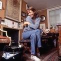 <p> Theo như nhiều lời chia sẻ khác, Dumas và Jane đã cùng nhau bàn bạc, vẽ phác thảo ngay chiếc túi trên túi nôn giấy của máy bay nơi cả hai gặp nhau, từ đó ra đời cái tên Hermès Birkin. Sau đó, Jane Birkin chỉ sử dụng một chiếc túi mang tên mình cho đến khi bị hỏng. Bà thường trang trí món phụ kiện đắt tiền bằng các loại ghim, hạt đá... Ảnh: <em>WWD.</em></p>