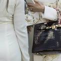 <p> Những chiếc túi Birkin đều được làm thủ công tại Pháp với mức giá dao động 9.000-150.000 USD, phụ thuộc vào kích thước, màu sắc và chất liệu. Theo tạp chí Elle, mỗi chiếc túi được hoàn thành trong 48 giờ đồng hồ bởi một nghệ nhân duy nhất. Ảnh: <em>Who What Wear.</em></p>