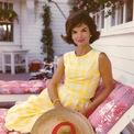 """<p> Đệ nhất phu nhân nước Mỹ - Jacqueline Kennedy Onassis - là một trong những biểu tượng thời trang đầu tiên của thế giới. Đơn giản và sang trọng, bà là minh chứng tiêu biểu cho triết lý """"Less is more"""" của làng thời trang. Ở thập niên 1950, chiếc túi của Gucci trở thành phụ kiện yêu thích của Jackie. Bà thường xuyên xuất hiện trước công chúng với món đồ này trên vai. Vì vậy, giới mộ điệu nhận ra và gắn liền sản phẩm với hình ảnh của Jacqueline Kennedy Onassis. Ảnh: <em>Daily Mail.</em></p>"""