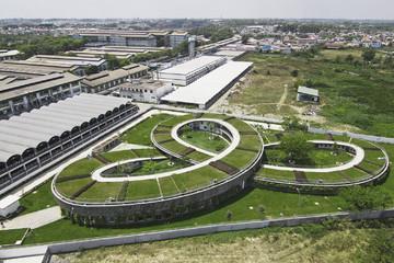 Ngôi trường '3 vòng xoay' có vườn rau thử nghiệm trên mái nhà