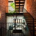 <p> Phòng khách được đặt ở tầng lửng để giải phóng diện tích cho tầng trệt. Nơi đây, các thành viên có thể đưa hướng nhìn ra cửa chính, phòng ngủ chính, tạo thêm không gian sinh động.</p>