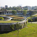 <p> Tất cả các khu vực phòng chức năng được đáp ứng dưới mái nhà này. Khi mái nhà hạ độ dốc xuống sân, nó cung cấp lối vào tầng trên và vườn rau ở trên cùng - nơi mà trẻ em học được tầm quan trọng của nông nghiệp và gắn kết với thiên nhiên.</p>