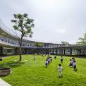 <p> Các lớp học được bố trí liên tục với 2 cửa sổ có thể mở ra 2 bên giúp tối đa hóa hệ thống thông gió và chiếu sáng tự nhiên.</p>