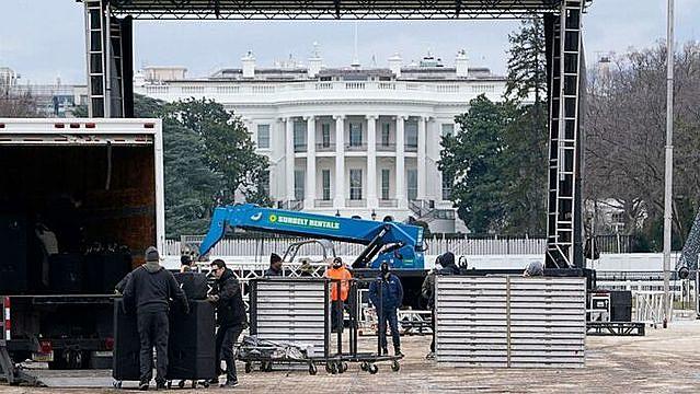 Một sân khấu đang được dựng lên tại công viên Ellipse gần Nhà Trắng để chuẩn bị cho cuộc biểu tình ngày 6/1. Ảnh: AP.
