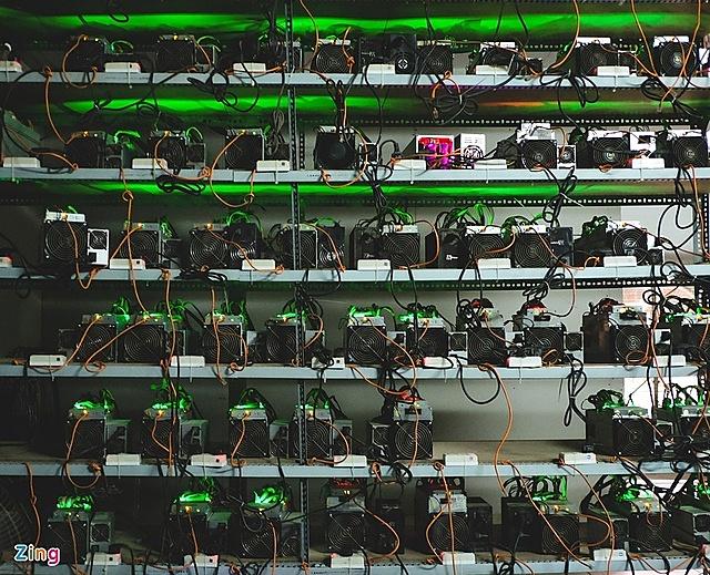 Có thời điểm, giá máy đào Bitcoin bị đội lên gấp 3 lần so với thực tế. Ảnh: Xuân Tiến.