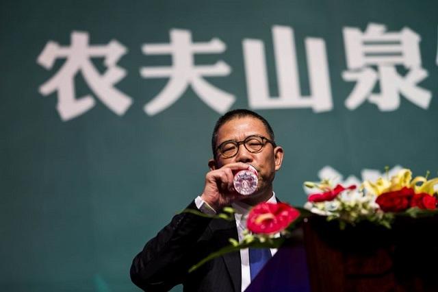 Tỷ phú nước đóng chai Trung Quốc giàu hơn Warren Buffett