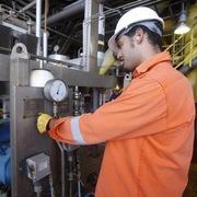 Tồn kho tại Mỹ giảm, giá dầu chạm đỉnh 10 tháng