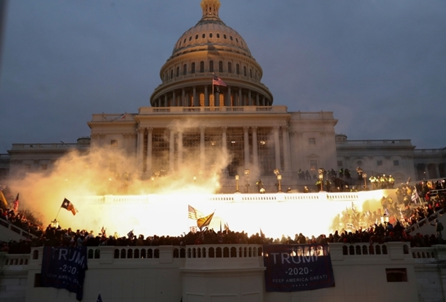 Người biểu tình giăng biểu ngữ ủng hộ Trump tại Điện Capitol ngày 6/1. Ảnh: Reuters.