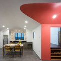 <p> Phương thức cải tạo là dời khu ẩm thực lại gần phòng khách được bố trí đối xứng qua trục trung tâm. Khu bếp cũ được cải tạo thành không gian đa chức năng với kho chứa đồ bên dưới.</p>