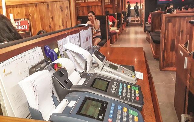 Xu hướng thanh toán điện tử gia tăng ở TP HCM đẩy lượng máy POS lên cao.