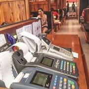 Máy cà thẻ tăng cao, máy ATM chững lại
