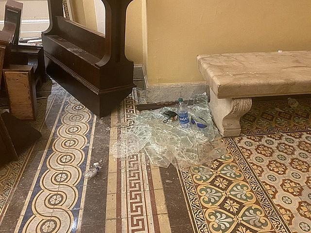 Kính vỡ bên trong tòa nhà Quốc hội Mỹ sau vụ bạo loạn ngày 6/1. Ảnh: Twitter.