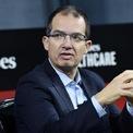 """<p class=""""Normal""""> <strong>Stephane Bancel</strong></p> <p class=""""Normal""""> Tài sản: 3,6 tỷ USD</p> <p class=""""Normal""""> Quốc tịch: Pháp</p> <p class=""""Normal""""> Nguồn tài sản: Công nghệ sinh học</p> <p class=""""Normal""""> Bancel - một trong 50 tỷ phú mới ngành y dược trong năm 2020 - là CEO của công ty công nghệ sinh học Moderna ở Boston. Moderna được biết đến nhờ đạt được những kết quả tích cực trong việc nghiên cứu và phát triển vaccine Covid-19.</p> <p class=""""Normal""""> Ngày 18/12/2020, vaccine Covid-19 của Moderna trở thành loại vaccine thứ hai nhận được giấy phép sử dụng khẩn cấp (EUA) từ Cơ quan Quản lý thực phẩm và dược phẩm Mỹ. Bancel – CEO Moderna từ năm 2011 - sở hữu khoảng 6% cổ phần của công ty. Ông đã bán số cổ phiếu Moderna trị giá khoảng 100 triệu USD trong năm 2020. Ảnh: <em>Getty Images</em></p>"""