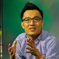 """<p class=""""Normal""""> <strong>Tony Xu</strong></p> <p class=""""Normal""""> Tài sản: 2,7 tỷ USD</p> <p class=""""Normal""""> Quốc tịch: Mỹ</p> <p class=""""Normal""""> Nguồn tài sản: Giao đồ ăn</p> <p class=""""Normal""""> Xu, 36 tuổi, đồng sáng lập DoorDash cùng với 2 sinh viên trường Đại học Stanford là Stanley Tang và Andy Fang vào năm 2013 với mục tiêu cung cấp dịch vụ giao đồ cho các nhà hàng.</p> <p class=""""Normal""""> Xu sinh ra ở Trung Quốc nhưng chuyển đến Mỹ khi mới 5 tuổi để bố ông có thể theo học tiến sĩ về kỹ thuật hàng không. Mẹ của Xu, một bác sĩ ở Trung Quốc, không thể hành nghề ở Mỹ nên bà đã làm 3 công việc trong 12 năm, bao gồm cả phục vụ tại một nhà hàng Trung Quốc tại Mỹ - nơi Xu từng làm công việc rửa bát. Doanh thu của DoorDash tăng đột biến trong thời kỳ đại dịch khi nhiều người hạn chế ra ngoài. Ảnh: <em>TechCrunch</em></p>"""