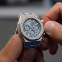 """<p> Đồng hồ bấm giờ lên dây tự động <strong>Audemars Piguet Royal Oak """"Ice Blue Disk""""</strong> có màu sắc đẹp mắt. Lớp vỏ làm từ vàng trắng 18K cùng mặt số được trang trí kiểu lưới lớn. Ảnh: <em>Swiss Watches.</em></p>"""