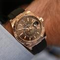 <p> Đối với những chàng trai yêu phong cách cổ điển với các chi tiết hiện đại,<strong> Rolex Sky-Dweller Oysterflex Braclet</strong> là sự lựa chọn hoàn hảo. Thiết kế có lớp vỏ phản chiếu ánh sáng sang trọng và phần dây cao su năng động. Ảnh: <em>Monochrome Watches.</em></p>