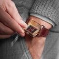 <p> Một trong những mẫu đồng hồ tông đỏ phổ biến nhất hiện nay là <strong>Jaeger-LeCoultre Flip Series</strong>. Thiết kế có mặt số màu đỏ và lớp vỏ bằng vàng hồng. Ảnh: <em>Flipboard.</em></p>