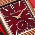 <p> Dây đeo của chiếc đồng hồ được khâu tay từ da cordoba và vải. Sina nhận định mẫu phụ kiện được sản xuất 190 chiếc và có giá 23.900 USD. Ảnh: <em>Watchonista.</em></p>