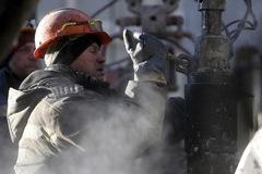 Giá dầu tăng 3%, lên đỉnh gần một năm, vàng có tuần tệ nhất kể từ tháng 11