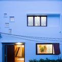 <p> Có diện tích 49 m2, kích thước hình vuông 7 m x 7 m và chỉ một mặt tiền, ngôi nhà tọa lạc tại TP Đà Nẵng, nơi có khí hậu khá khắc nghiệt, chênh lệch giữa mùa nắng và mùa mưa.</p>