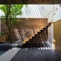 <p> Toàn bộ cây xanh trong nhà có thể giúp liên kết hai tầng để mọi thành viên trong gia đình có thể nhìn và trò chuyện với nhau qua không gian gần gũi này.</p>