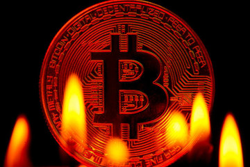Giá Bitcoin lao dốc, vốn hóa thị trường tiền điện tử bốc hơi 170 tỷ USD