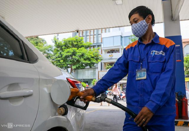 Giá xăng tăng lần thứ tư liên tiếp, tiến sát mức 17.000 đồng/lít.