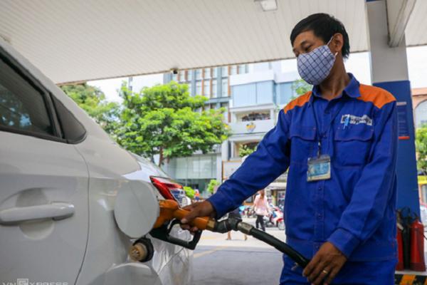 Giá xăng tăng lần thứ tư liên tiếp, tiến sát mức 17.000 đồng/lít