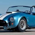 """<p class=""""Normal""""> <strong>3. Shelby Cobra 427</strong></p> <p class=""""Normal""""> Dù đã được thiết kế và chế tạo cách đây 60 năm nhưng Cobra 427 trông vấn rất hiện đại và """"ngầu"""" đến tận ngày nay. Chiếc xe được trang bị động cơ V8, hút khí tự nhiên, dung tích 7,0 lít, tạo ra công suất 410 mã lực.</p> <p class=""""Normal""""> Cobra 427 không chỉ nhanh mà còn cực kỳ nhẹ. Điều này cho phép 427 có khả năng tăng tốc nhanh chóng từ 0 đến 62 dặm/h (xấp xỉ 100 km/h) chỉ trong 4,5 giây.</p>"""