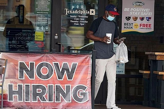 Một nhà hàng ở Richardson (Texas) đăng bảng tuyển người vào đầu tháng 9. Ảnh: AP.