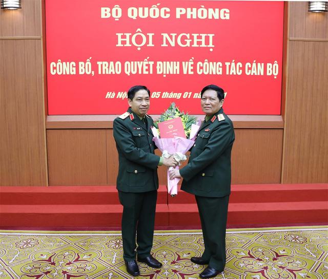 Đại tướng Ngô Xuân Lịch trao Quyết định thăng quân hàm cấp tướng sĩ quan Quân đội nhân dân Việt Nam cho Thiếu tướng Vũ Ngọc Thiềm (trái).