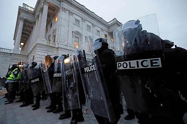 Người biểu tình gây bạo loạn tại quốc hội Mỹ hôm 6/1. Ảnh: AP.