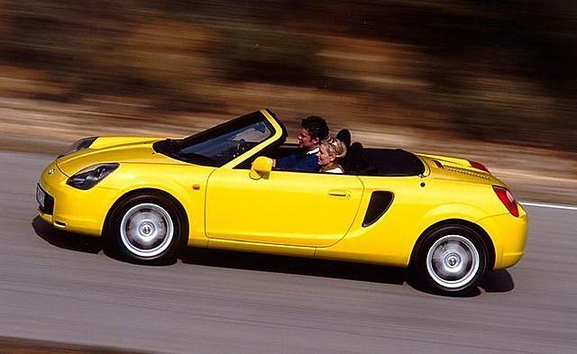 Toyota MR2 Spyder thiếu những trang bị an toàn tối thiểu đối với một chiếc xe thể thao. (Ảnh: Car Scoops)