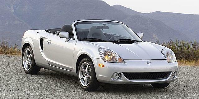 Toyota MR2 Spyder được sản xuất từ năm 2000 đến năm 2007. (Ảnh: Car and Driver)