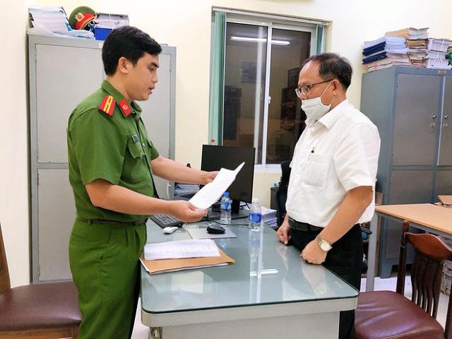 Cơ quan công an đọc lệnh bắt ông Tất Thành Cang.