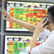 Trong khi VN-Index 'vật lộn' trở lại đỉnh lịch sử, hàng chục cổ phiếu sàn HoSE tăng bằng lần trong gần 3 năm qua