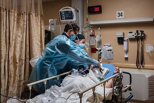 Nhân viên y tế chăm sóc bệnh nhân Covid-19 tại Trung tâm Y tế Providence St. Mary ở Thung lũng Apple, California, hôm 11/1. Ảnh: AFP.