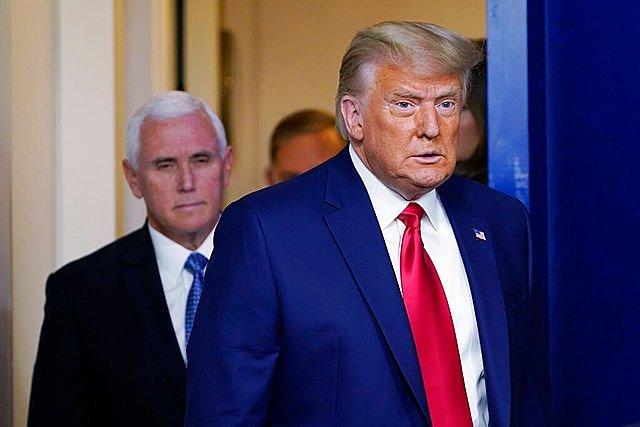 Tổng thống Mỹ Donald Trump (đi trước) và cấp phó Mike Pence. Ảnh: AP.