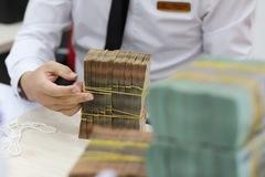 Tiền rẻ vẫn ào ạt chảy vào ngân hàng