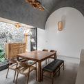 <p> Ngôi nhà được chia thành nhiều khối với chiều cao khác nhau để tránh sự lặp lại trong một không gian quá dài.</p>