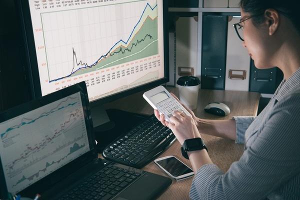 Cổ phiếu chứng khoán bứt phá, VN-Index tăng nhẹ cuối phiên