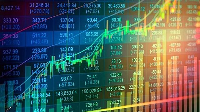 """Dòng tiền ồ ạt """"chảy"""" vào thị trường chứng khoán khiến thị trường này tăng trưởng mạnh (Ảnh minh họa: KT)"""