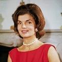 """<p> Mẫu đồng hồ mặt vuông Cartier Tank là món quà bà Jackie Kennedy nhận từ em rể Prince Stanislaw Radziwill - người kết hôn với em gái Caroline Lee Bouvier vào tháng 2/1963. Mặt sau của thiết kế được khắc dòng chữ """"Stas to Jackie 23 Feb.63.2:05 AM to 9:35 PM"""". Sau khi nhận được món quà, cựu đệ nhất phu nhân Mỹ sử dụng thường xuyên và kết hợp cùng những bộ cánh thanh lịch, đậm vẻ cổ điển. Ảnh: <em>Vogue.</em></p>"""